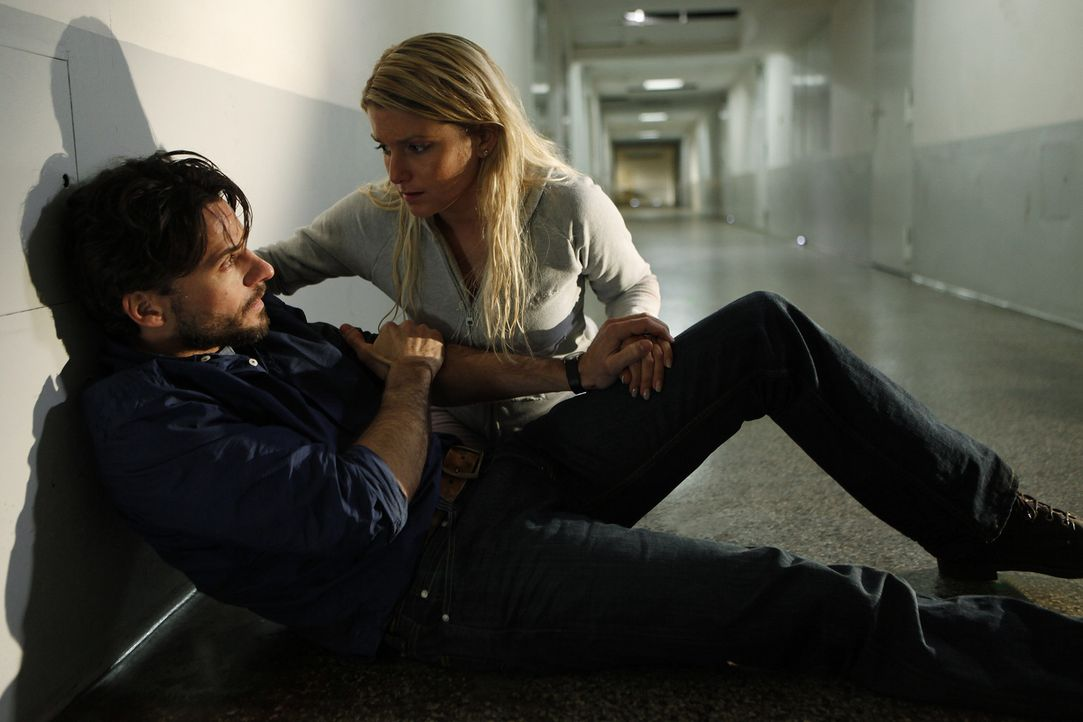 Erst spät gesteht Lizzy (Jeanette Biedermann, r.) Conrad (Stephan Luca, l.), dass sie die gesuchte Zeugin ist und der Anschlag eigentlich ihr galt.... - Bildquelle: SAT.1