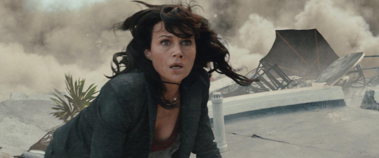 Als ein starkes Erdbeben ganz Kalifornien in ein Katastrophengebiet verwandelt, beginnt nicht nur für Emma Gaines (Carla Gugino) der Kampf ums Überl... - Bildquelle: 2014 Warner Bros. Entertainment Inc.