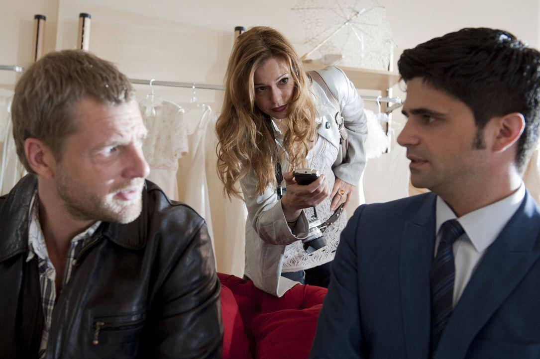 Fercherts neue Assistentin Christine Wegner (Suzan Anbeh, l.) begleitet Mick (Henning Baum, l.) und Andreas (Maximilian Grill, r.) bei ihren Morderm... - Bildquelle: SAT.1