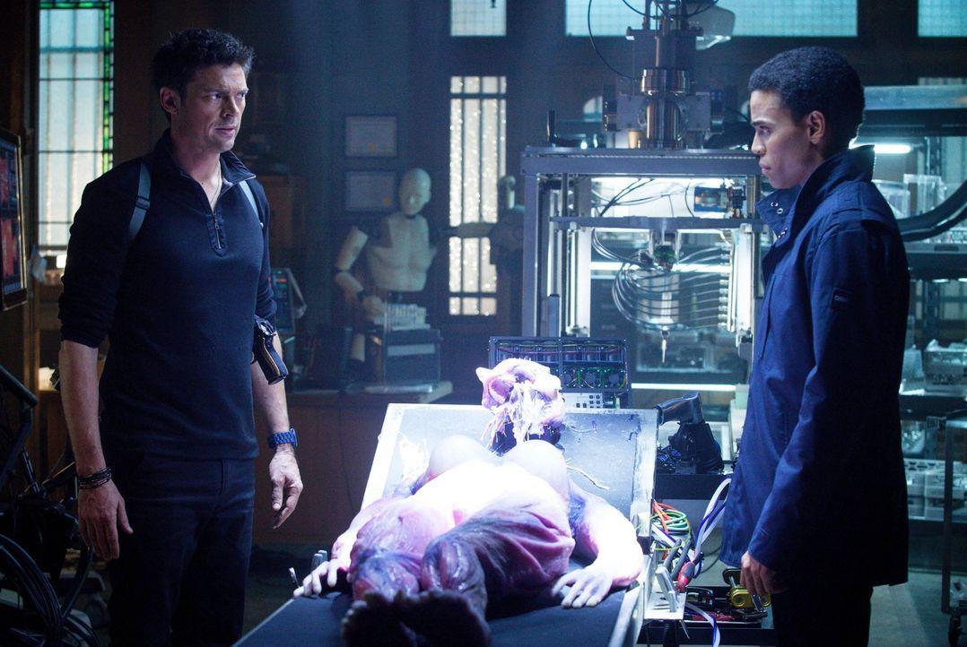 Nach und nach wird John (Karl Urban, l.) bewusst, dass  Dorian (Michael Ealy, r.) tatsächlich menschliche Gefühle erlebt ... - Bildquelle: Warner Bros. Television
