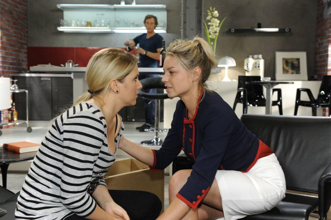 Während Anna (Jeanette Biedermann, l.) Katja (Karolina Lodyga, r.) nicht vertraut, bietet Tom (Patrick Kalupa, M.) ihr an, bei ihnen vorübergehend... - Bildquelle: SAT.1