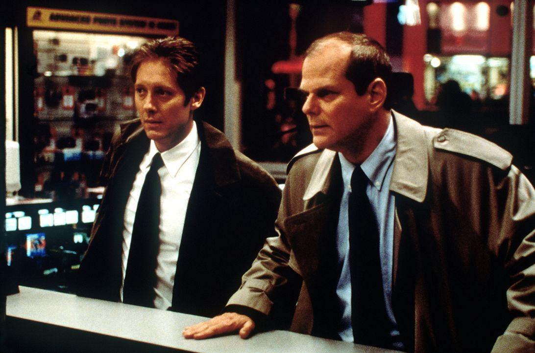 Als FBI-Agent Joel Campbell (James Spader, l.) eine Nachricht erhält, dass der Killer ihm genau 24 Stunden Zeit gibt, das nächste Blutbad zu verhind... - Bildquelle: Universal Pictures