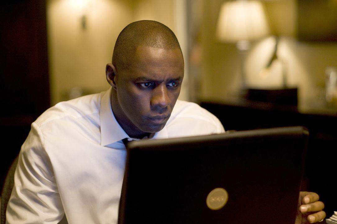 Eines Tages stellt der erfolgreiche Fondmanager Derek Charles (Idris Elba) eine neue Sekretärin ein, die sich schon bald in den glücklich verheirate... - Bildquelle: 2009 Screen Gems, Inc. All Rights Reserved.