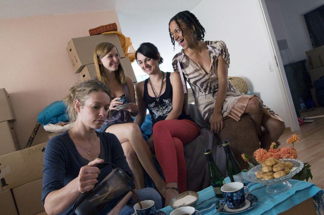 Marie (Lisa Martinek, l.) lernt ihre Nachbarinnen Sonja (Jasmin Schwiers, 2.v.l.), Valeska (Miranda Leonhardt, 2.v.r.) und Rana (Sarah Masuch, r.) k... - Bildquelle: Jacqueline Krause-Burberg Sat.1