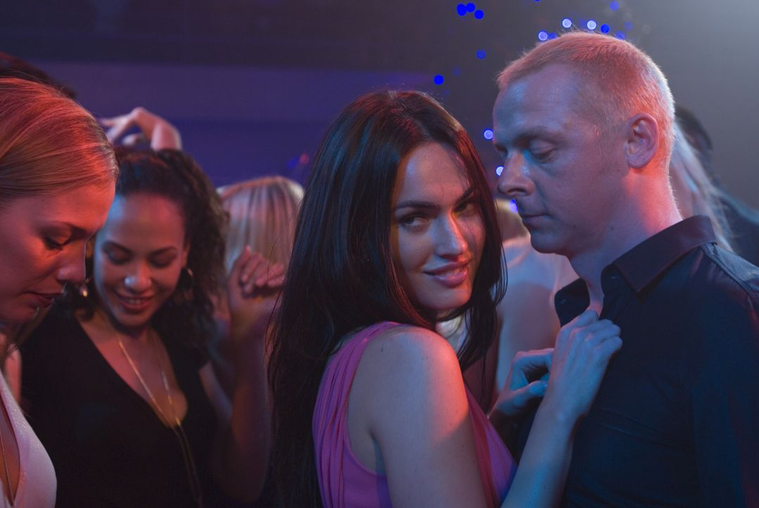 Willkommen in der Welt der Schönen und Reichen: Sidney Young (Simon Pegg, r.) fühlt sich wohl in den Armen der schönen Sophie Maes (Megan Fox, 2.v.r... - Bildquelle: UK Film Council/ Channel Four Television Corporation /Alienate Limited 2008