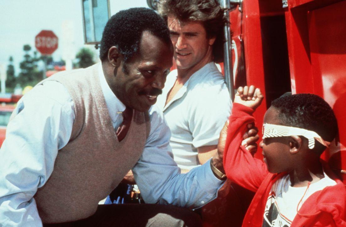 Die beiden ungleichen Partner, der ausgeglichene Roger (Danny Glover, l.) und der unberechenbare Martin (Mel Gibson, M.), sind einer gefährlichen Dr... - Bildquelle: Warner Bros.