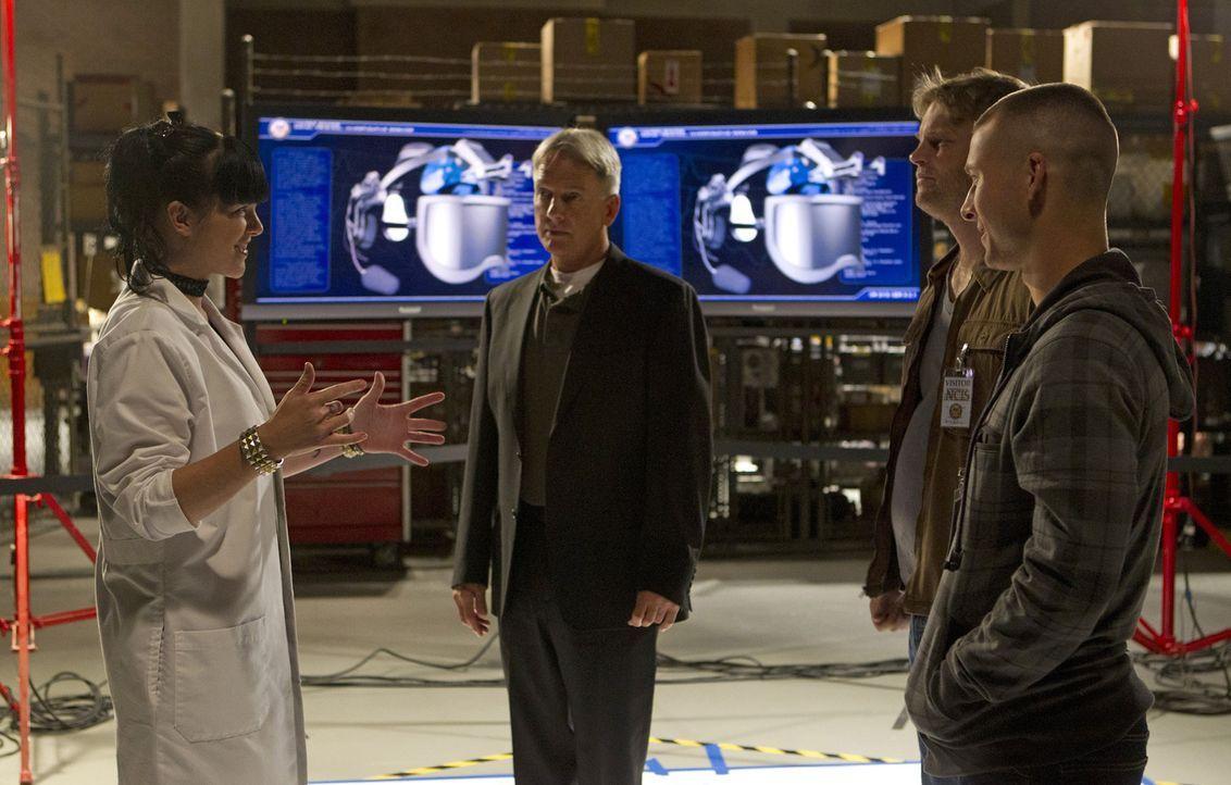 Versuchen alles, um gemeinsam einen Fall zu lösen: Gibbs (Mark Harmon, 2.v.l.), Marine Sergeant Evan Westcott (Glen Powell, r.), Kapitän Wescott (Br... - Bildquelle: CBS Television