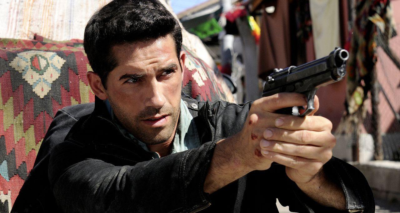 Als ''The Man'' (Scott Adkins) mit einer Tasche voller Geldscheine in eine mexikanische Kleinstadt kommt, die fest in der Hand von Drogengangstern i... - Bildquelle: 2014 Tiberius Film GmbH.