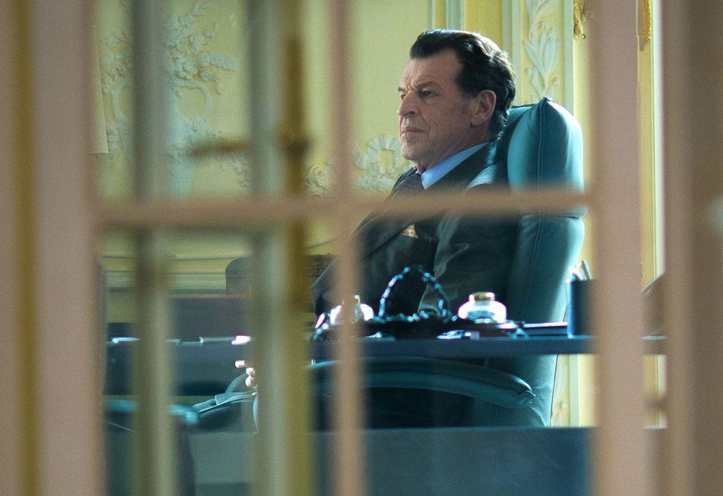 Er versucht seinen Einfluss zu nutzen, um Sherlock und Watson wieder beim NYPD einsetzen zu lassen, doch können die beiden ihm wirklich trauen? Sher... - Bildquelle: Tom Concordia 2015 CBS Broadcasting, Inc. All Rights Reserved