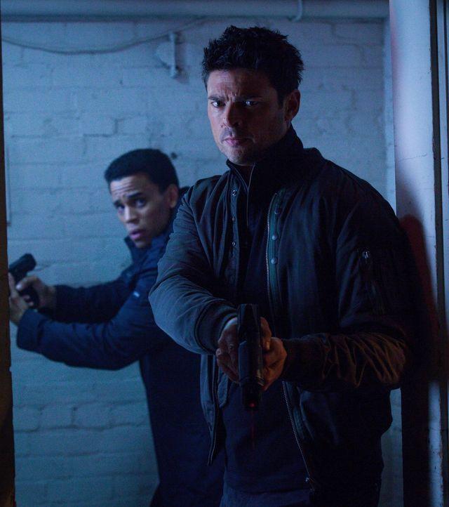 Wie sollen Dorian (Michael Ealy, l.) und Kennex (Karl Urban, r.) eine Waffe aufhalten, die ihr Ziel verfolgt und zu jedem erdenklichen Zeitpunkt töt... - Bildquelle: Warner Bros. Television