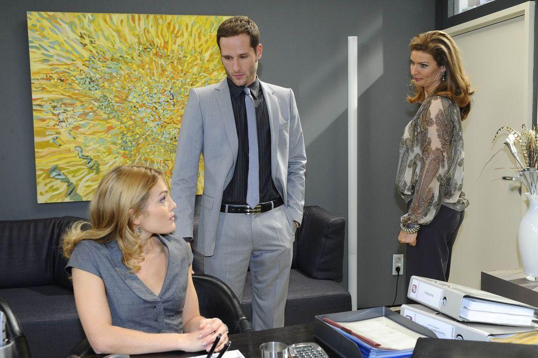 Natascha (Franziska Matthus, r.) ist tief verletzt, da Annett (Tanja Wenzel, l.) und David (Lee Rychter, M.) ihr unterstellen, sie heirate Richard n... - Bildquelle: SAT.1