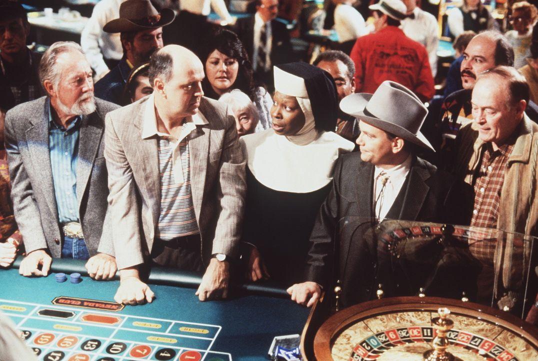 Als Nonne, räumt Deloris (Whoopi Goldberg, M.) im Kasino auf ... - Bildquelle: Buena Vista Pictures