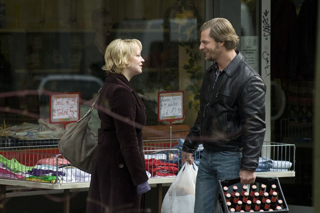 Obwohl Lisa (Floriane Daniel, l.) immer wieder Mick (Henning Baum, r.) an den Scheidungstermin erinnert, verschläft er ihn trotzdem. Doch das ist e... - Bildquelle: SAT.1