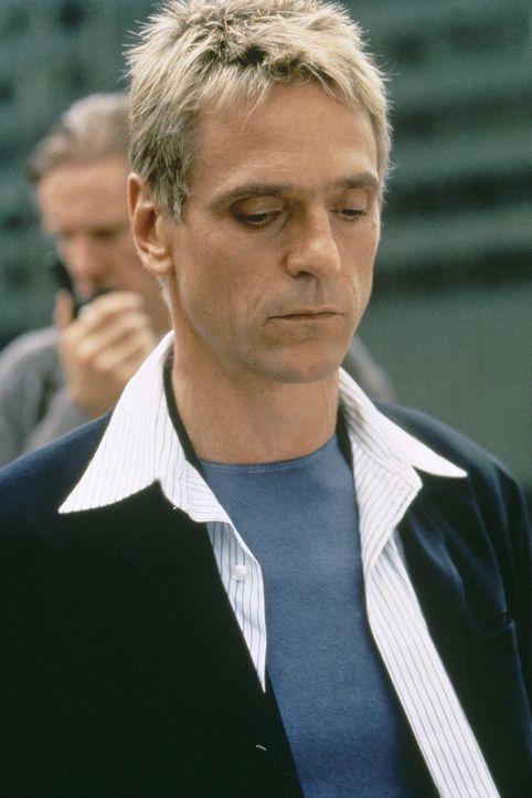 Simon (Jeremy Irons) verfolgt mehr Pläne, als McClane und die Polizei zunächst vermuten, und auch dass er McClane persönlich aussuchte, hat einen... - Bildquelle: 20th Century Fox