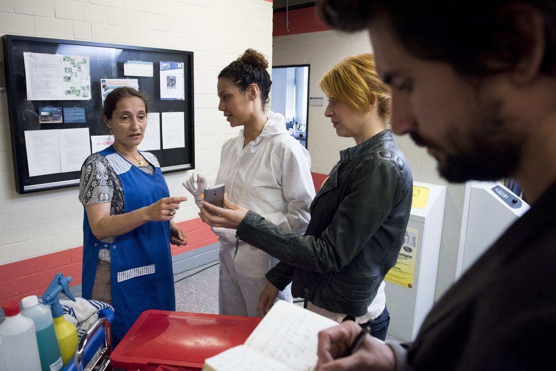Noch ist Felix (Tom Beck, r.), Elena (Annika Ernst, 2.v.r.) und Kirsten (Haley Louise Jones, 2.v.l.) nicht klar, welche Rolle die Putzfrau der Uni,... - Bildquelle: Martin Rottenkolber SAT.1