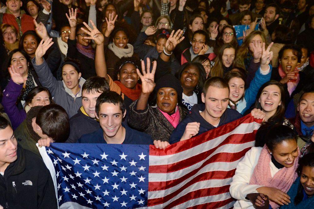 """""""Four More Years"""" - diese Botschaft verbreiteten Obama-Fans, die vor dem Weißen Haus in Washington, D.C., tanzten und sangen. - Bildquelle: dpa - Bildfunk +++ Verwendung nur in Deutschland"""