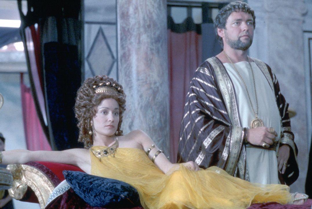 Helena (Georgina Rylance, l.) und ihr Patrizier Marcus Crassus (Angus MacFadyen, r.) träumen davon, bald Alleinherrscher im Römischen Reich zu sein... - Bildquelle: USA Network Pictures