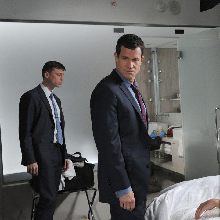 Suchen am Tatort nach Hinweisen: Al (Dylan Walsh, r.) und Roe (Kevin Rankin, l.) ... - Bildquelle: Sony Pictures Television Inc. All Rights Reserved.