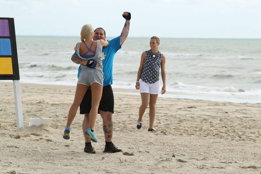 Camp-Chefin Christine Theiss (r.) freut sich mit Trainerin Mareike Spaleck (l.) und Kandidat Sascha (M.) ... - Bildquelle: Enrique Cano SAT.1