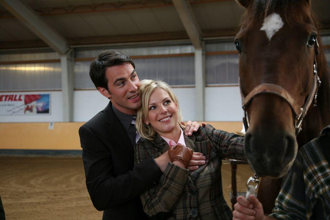 Ein gelungenes Geschenk: Mark (Arne Stephan, l.) und Alexandra (Ivonne Schönherr, r.) ... - Bildquelle: SAT.1