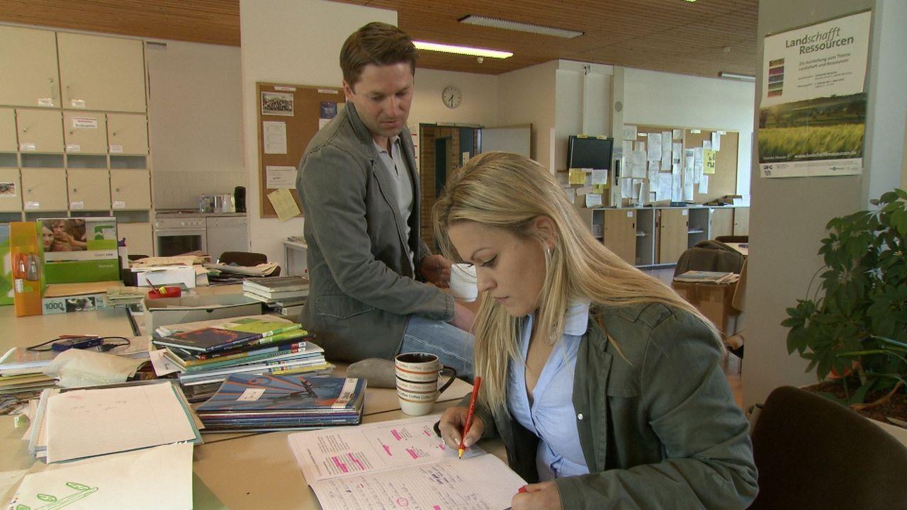 Corinna (r.) und Marius (l.) lieben sich, doch sie ist seine Lehrerin und setzt für die Beziehung mit dem Minderjährigen ihre ganze berufliche Zuk... - Bildquelle: SAT.1