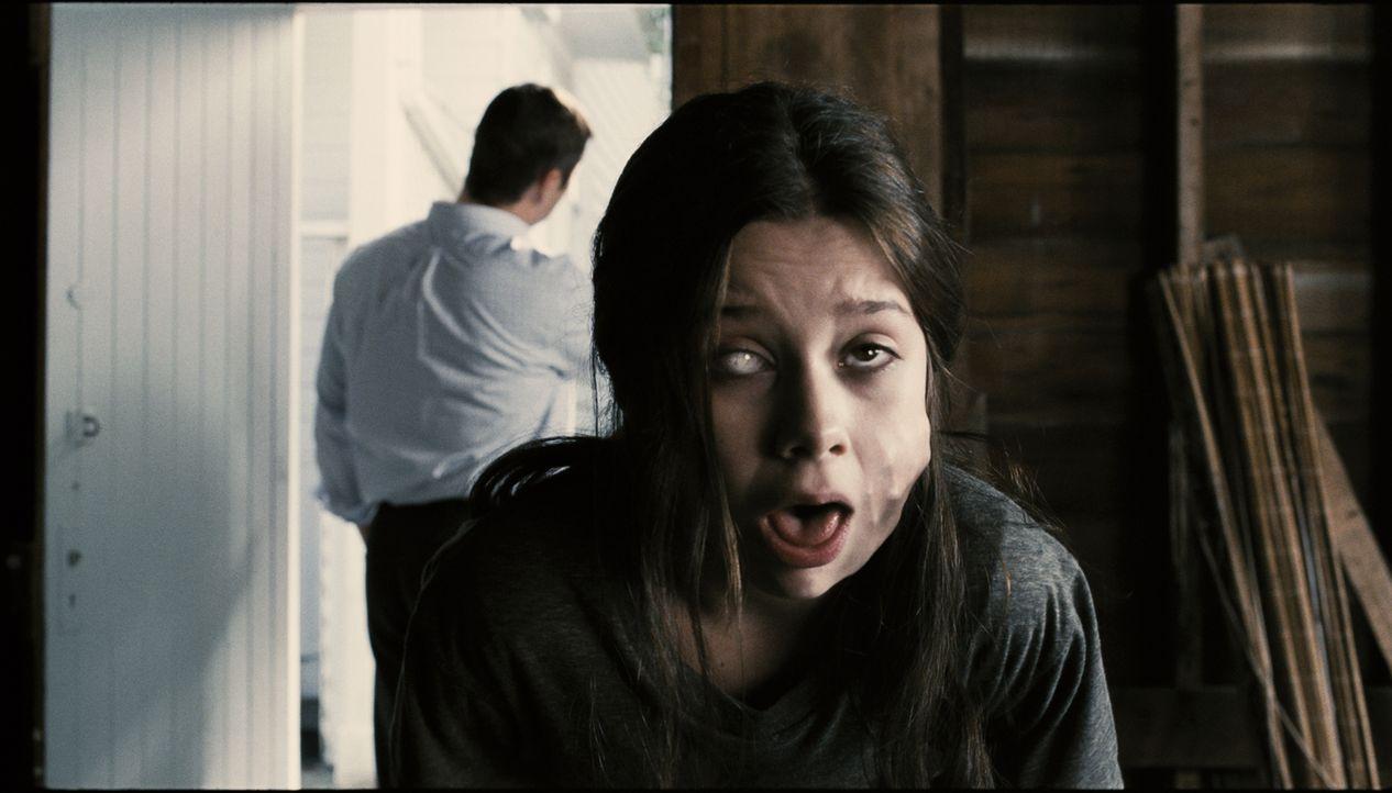 Als das junge Mädchen Em (Natasha Calis) plötzlich besorgniserregende Verhaltensänderungen an den Tag legt und immer gruseliger wird, wird klar, das... - Bildquelle: Diyah Pera Box Productions, LLC 2011