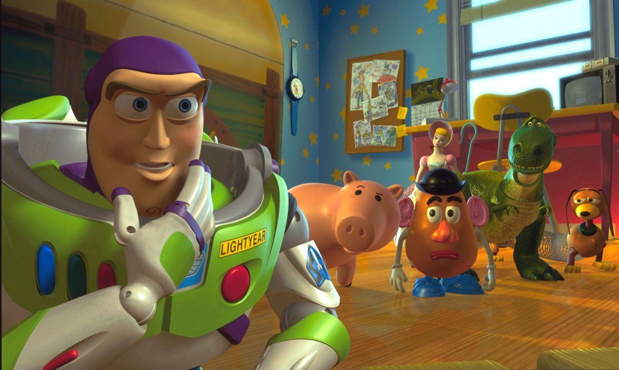 Gemeinsam mit den anderen Spielzeugfiguren macht sich Space Ranger Buzz Lightyear (l.) daran, seinen besten Freund aus den Fängen des Entführers zu... - Bildquelle: Buena Vista International Television