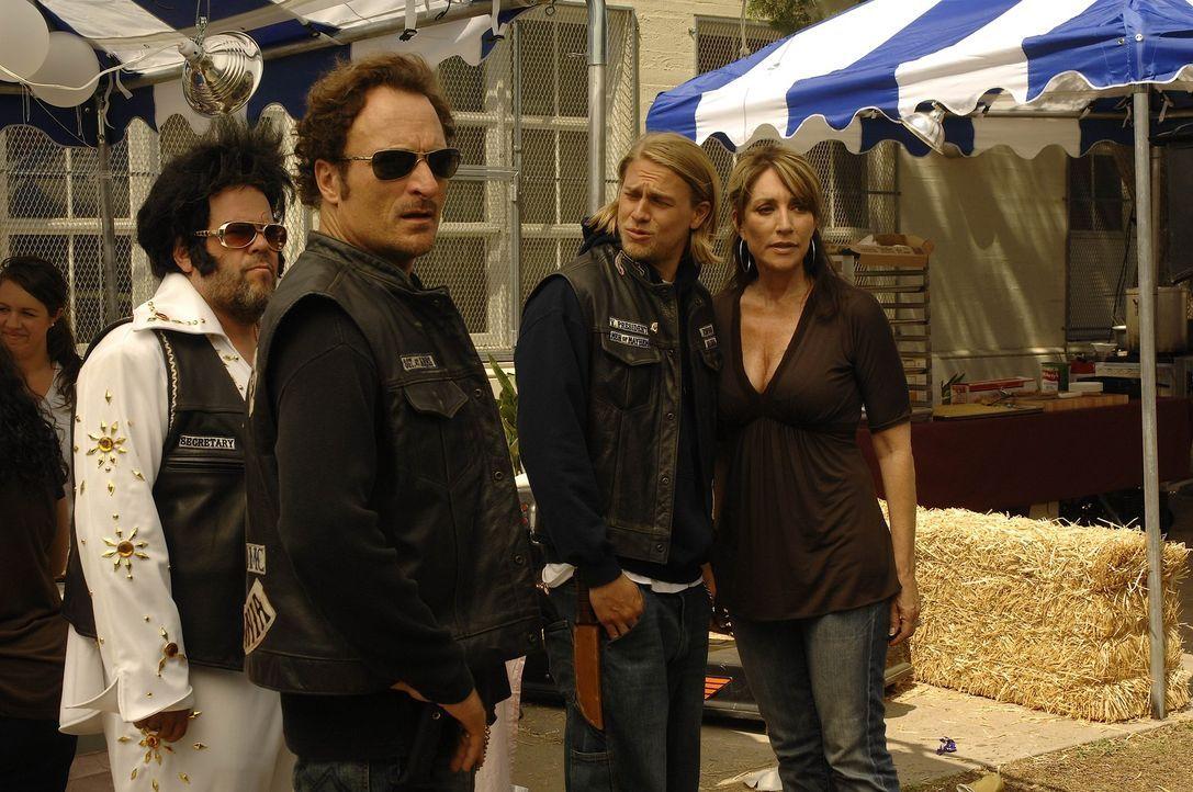 Bobby (Mark Boone Junior, l.), Tig (Kim Coates, 2.v.l.), Jax (Charlie Hunnam, 2.v.r.) und Gemma (Katey Sagal, r.) befürchten, dass Kyle, der aus de... - Bildquelle: 2008 FX Networks, LLC. All rights reserved.