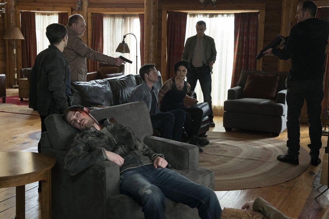 Der Entführer (Zach Grenier, 2.v.l.) hat nicht nur Jane (Jaimie Alexander, M.r.) und ihren Freund Oliver (Jonathan Patrick Moore, M.l.) gekidnappt,... - Bildquelle: Warner Brothers
