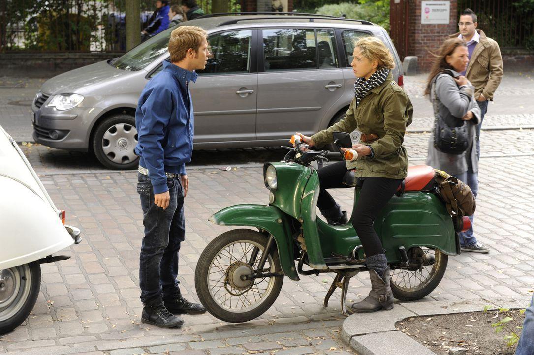 Jojos (Bernhard Bozian, l.) Ausbruch trifft Nina (Maria Wedig, 2.v.l.) tief und die Versuchung einfach zu fahren ist groß. Doch was wird Nina tun? - Bildquelle: SAT.1