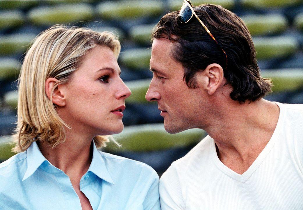 Als Kid (Markus Knüfken, r.) versucht, Liza (Sophie Schütt, l.) zu küssen, weicht sie zurück und ergreift die Flucht ... - Bildquelle: Christian A. Rieger Sat.1