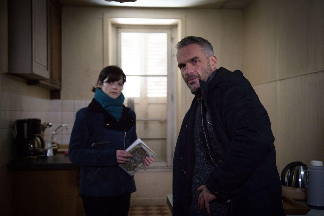 Während Rocher (Philippe Bas, r.) und sein neuer Kollege Leguennec bei der Suche nach einem jungen Mädchen im Dunklen tappen, macht Adèle (Juliette... - Bildquelle: Eloïse Legay 2016 BEAUBOURG AUDIOVISUEL