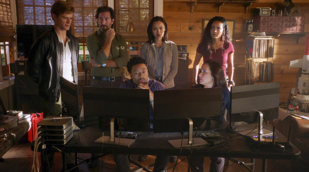 (v.l.n.r.) Angus MacGyver (Lucas Till); Russ Taylor (Henry Ian Cusick); Wilt Bozer (Justin Hires); Desi Nguyen (Levy Tran); Matty Webber (Meredith E... - Bildquelle: 2020 CBS Broadcasting, Inc. All Rights Reserved