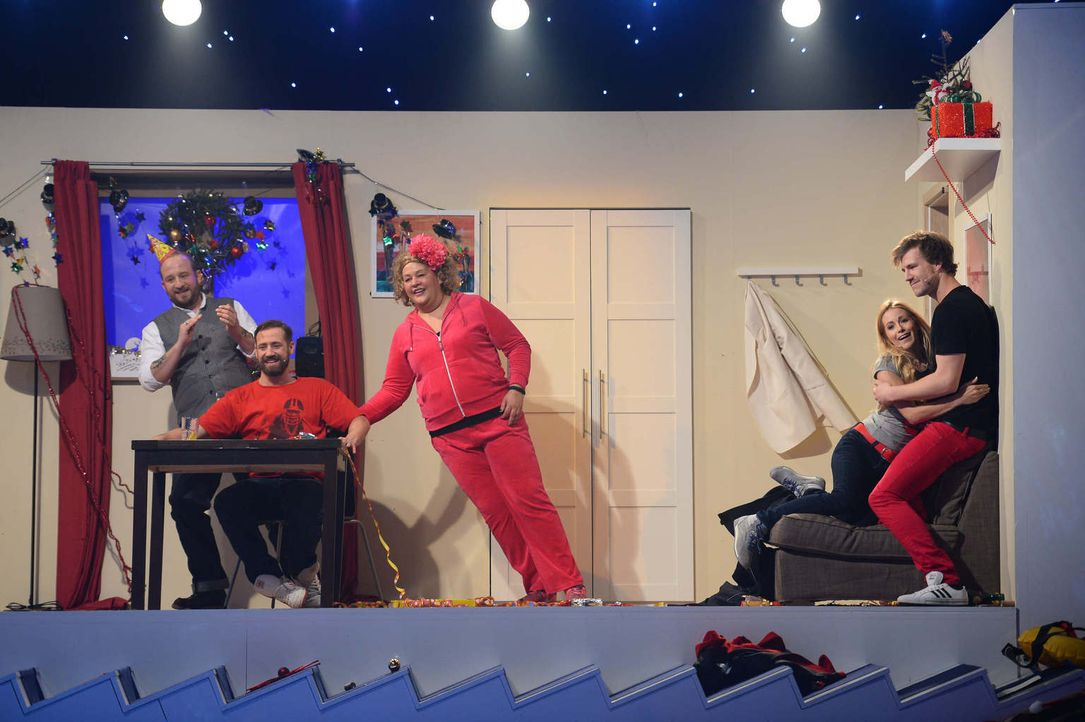 Da bekommt ein schräges Weihnachtsfest doch eine ganz andere Bedeutung: Philip Simon (l.), Bürger Lars Dietrich (2.v.l.), Cindy aus Marzahn (M.), An... - Bildquelle: Willi Weber SAT.1