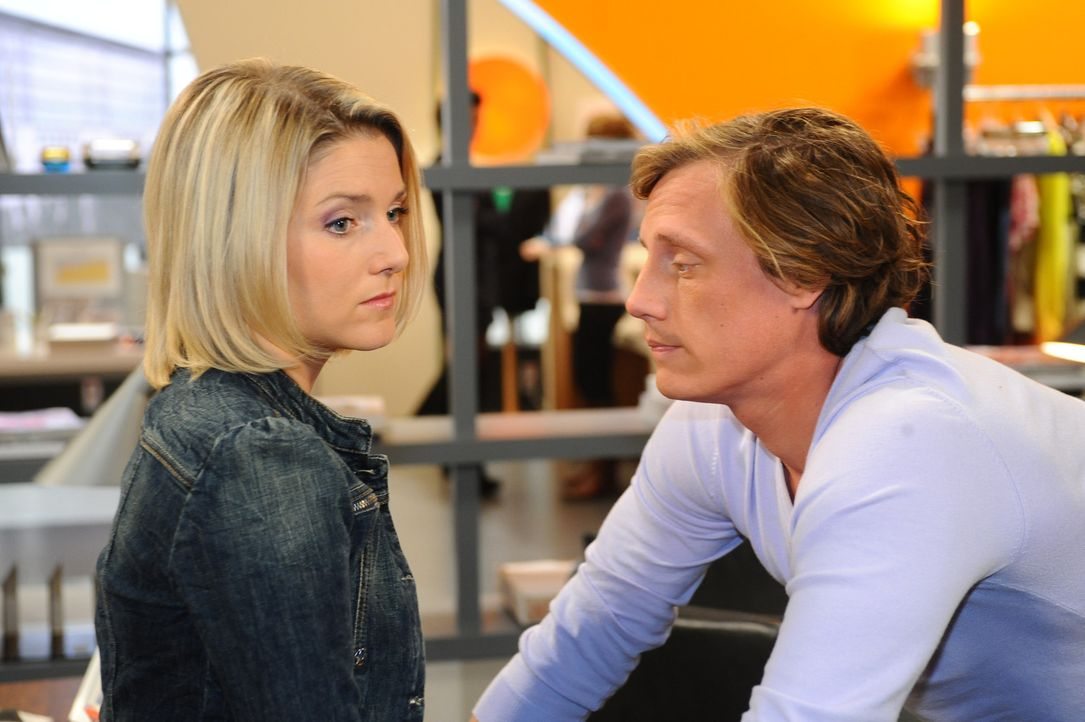 Was ist mit Anna (Jeanette Biedermann, l.) und Tom (Patrick Kalupa, r.) nur los? - Bildquelle: SAT.1