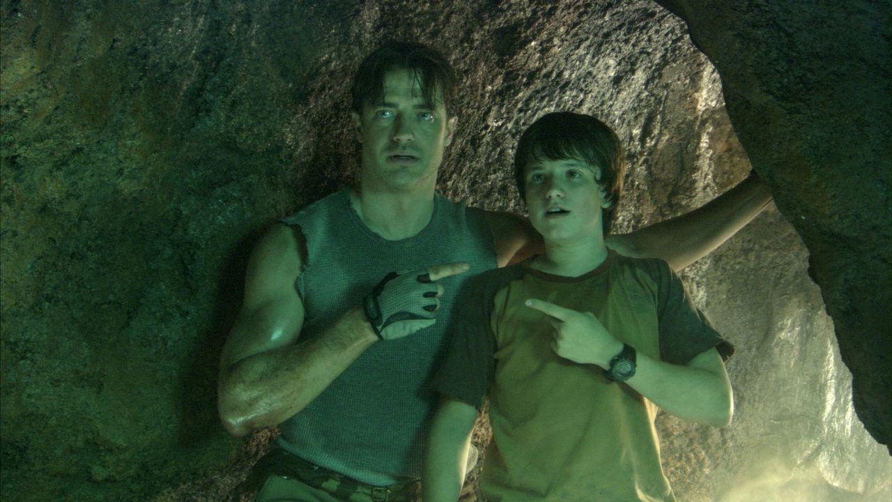 Trevor (Brendan Fraser, l.) geht auf große Entdeckungsreise mit seinem 13-jährigen Neffen Sean (Josh Hutcherson, r.) ... - Bildquelle: 2007 New Line Productions, Inc. and Walden Media, LLC.