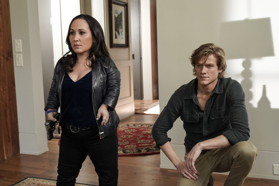 Matty Weber (Meredith Eaton, l.); MacGyver (Lucas Till, r.) - Bildquelle: Jace Downs 2018 CBS Broadcasting, Inc. All Rights Reserved