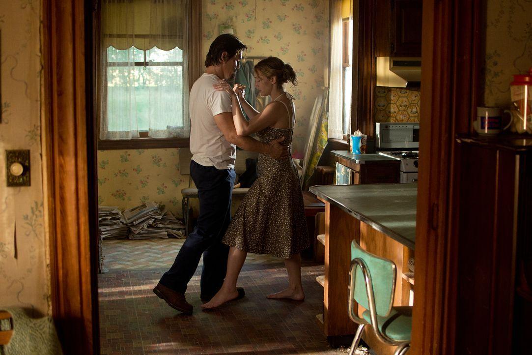 Kommen sich näher, obwohl der von ihr aufgegabelte Anhalter sich als entflohener Sträfling entpuppt: die alleinerziehende Mutter Adele (Kate Winslet... - Bildquelle: 2016 Paramount Pictures. All Rights Reserved.