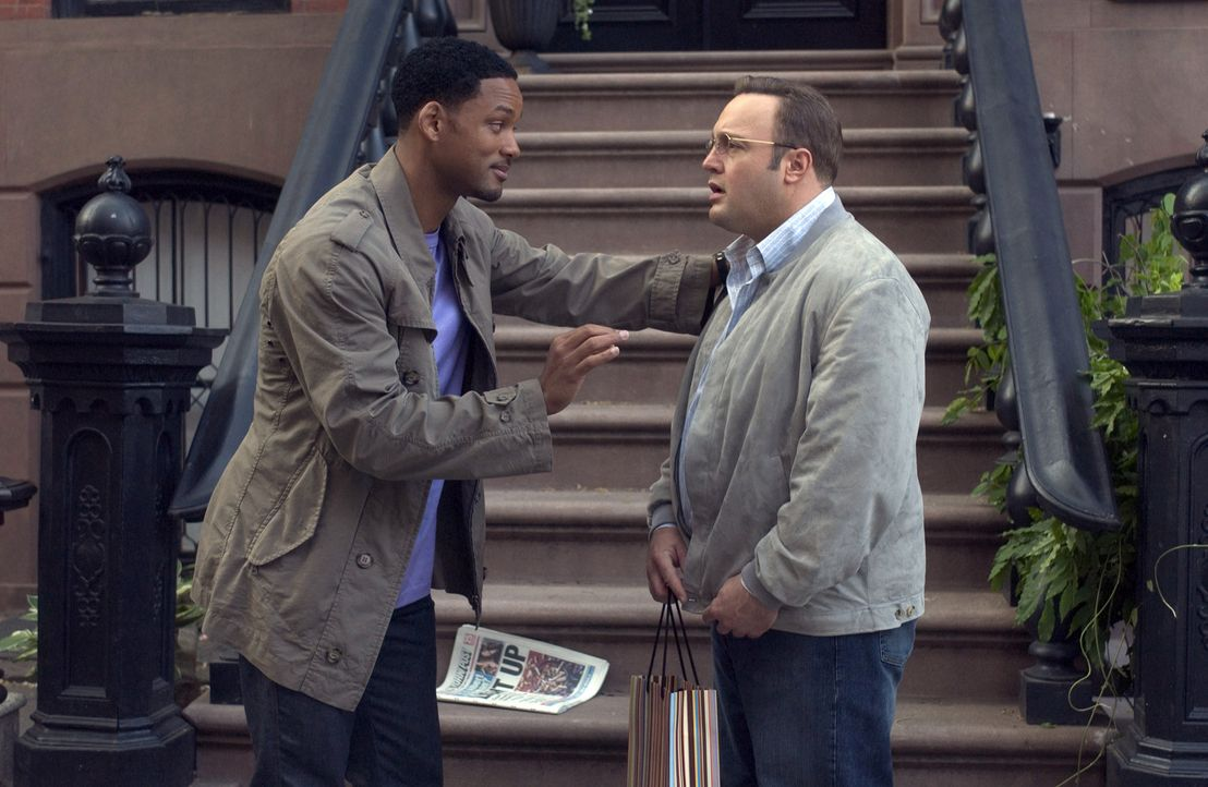 Eines Tages bekommt es Hitch, der Date-Doktor (Will Smith, l.) mit einem hoffnungslosen Fall zu tun: Albert (Kevin James, r.) ... - Bildquelle: Sony Pictures Television International. All Rights Reserved.