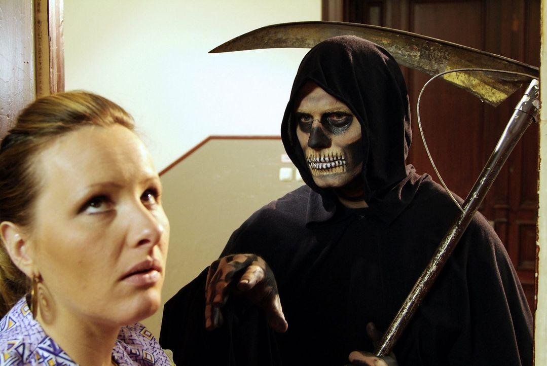 Da kommt der Tod nun höchstpersönlich, um endlich den ungeliebten Nachbarn abzuholen, und dann ist der gar nicht da! Und dabei hat er doch sogar  - Bildquelle: Sat.1