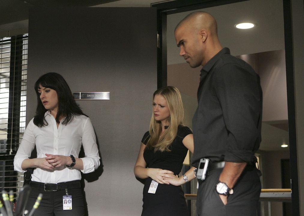Sind total überrascht, als plötzlich Kevin Lynch im Büro auftaucht: Derek (Shemar Moore, r.), Emily (Paget Brewster, l.) und 'JJ' (AJ Cook, M.) ... - Bildquelle: Touchstone Television