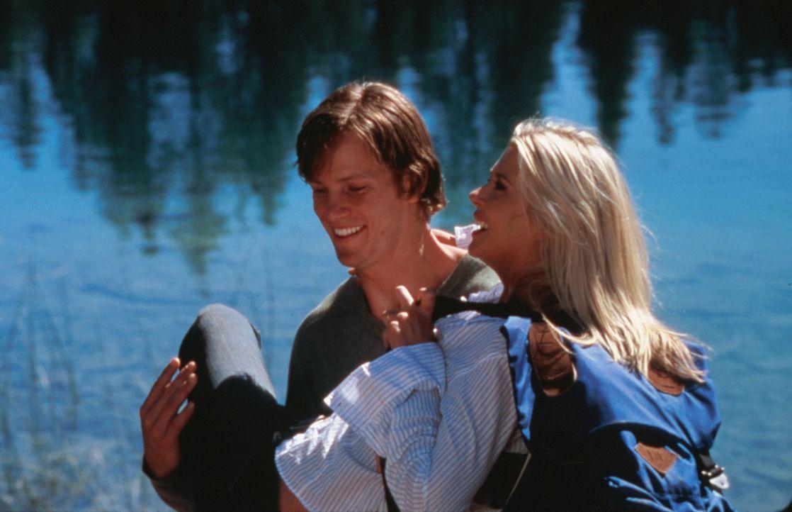 Das frisch verheiratete Paar Julianne (Tara Reid, r.) und Mitch (Kip Pardue, l.) verbringt seine Flitterwochen auf einer einsamen Insel, fernab der... - Bildquelle: Splendid Pictures