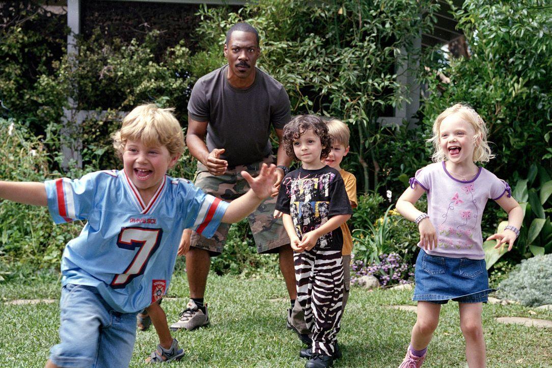 Jaime (Elle Fanning, r.), Crispin (Shane Baumel, l.), Max (Max Burkholder, 2.v.r.) und Charlie (Eddie Murphy, 2.v.l.) haben jede Menge Spaß zusamme... - Bildquelle: 2004 Sony Pictures Television International. All Rights Reserved.