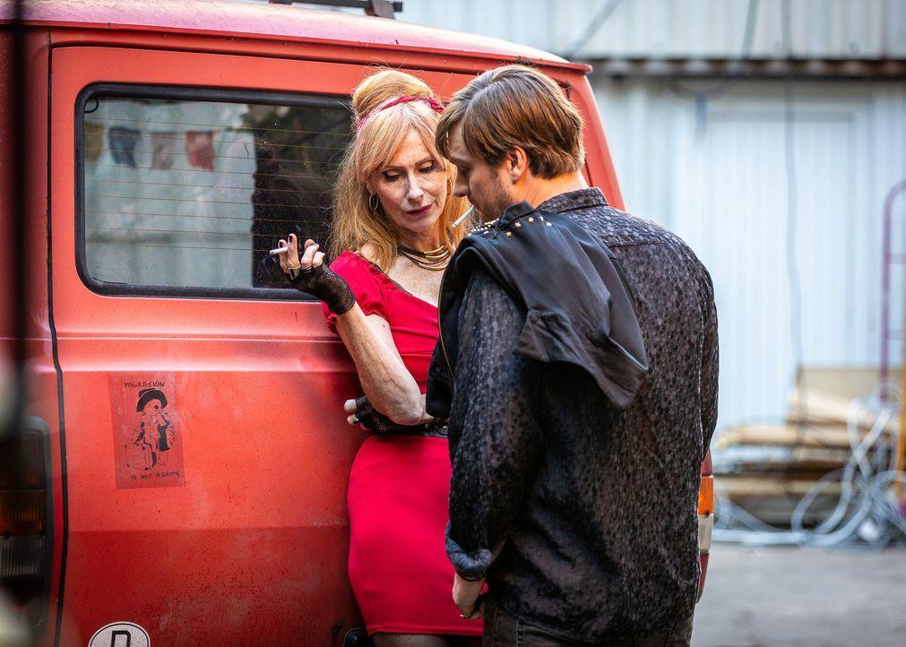 Wie erklärt Lola (Andrea Sawatzki, l.) ihrem Freund Ash (Matthi Faust, r.) ihre plötzliche Schwangerschaft? - Bildquelle: Daniel Schneider SAT.1/Daniel Schneider