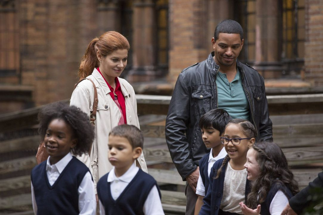 Ein neuer Mordfall beschäftigt Laura (Debra Messing, hinten l.) und Billy (Laz Alonso, hinten r.) ... - Bildquelle: Warner Bros. Entertainment, Inc.