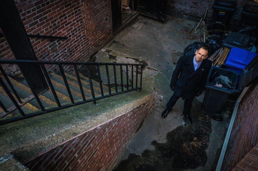 In Chinatown wurden drei Gangmitglieder erschossen. Sherlock Holmes (Jonny Lee Miller) versucht, auf seine ganz eigene Art, den Fall zu lösen ... - Bildquelle: Michael Parmelee 2016 CBS Broadcasting Inc. All Rights Reserved.
