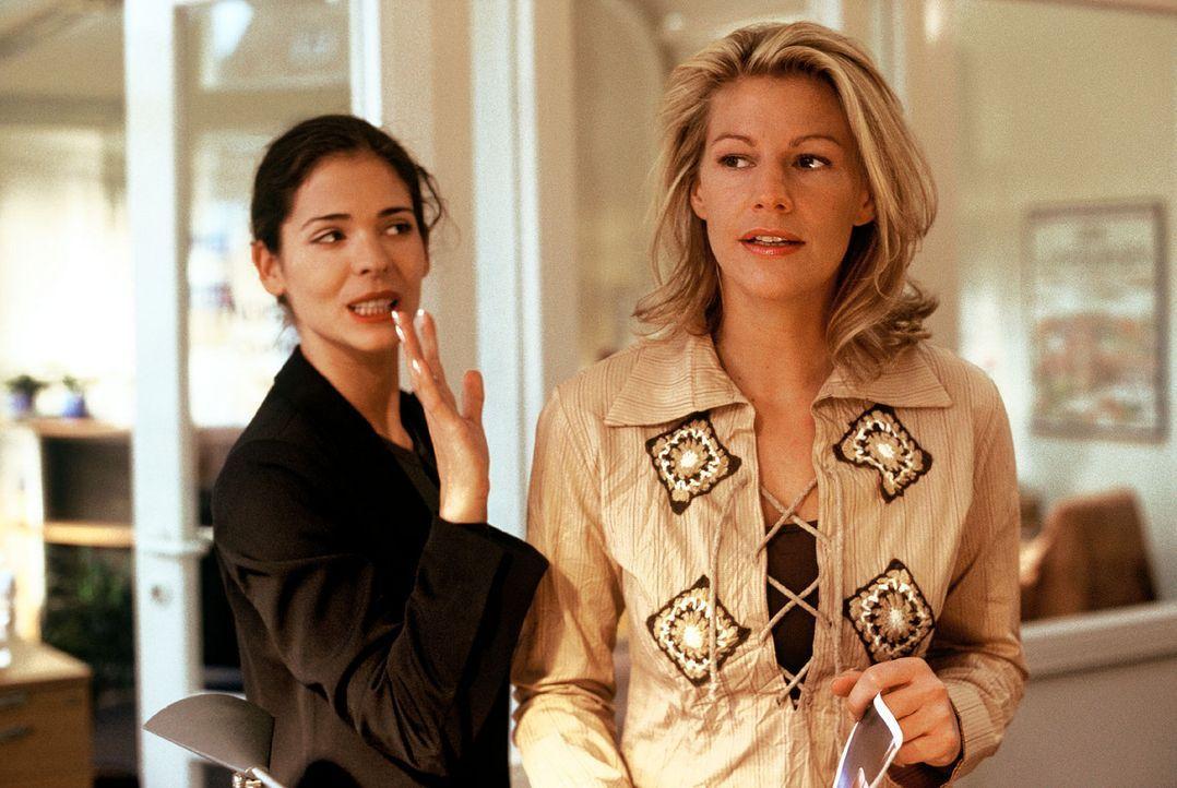 Clara (Sophie Schütt, r.) hat Stress mit ihrer Chefin Nina (Katja Woywood, l.). - Bildquelle: Sat.1