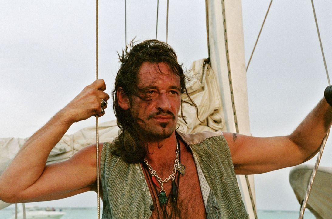 Captain Flynn (Max Tidof) weigert sich zuerst, Touristen durch die Karibik zu schippern. Doch als die Kohle stimmt, lässt er sich umstimmen. - Bildquelle: Walter Bailey Sat.1