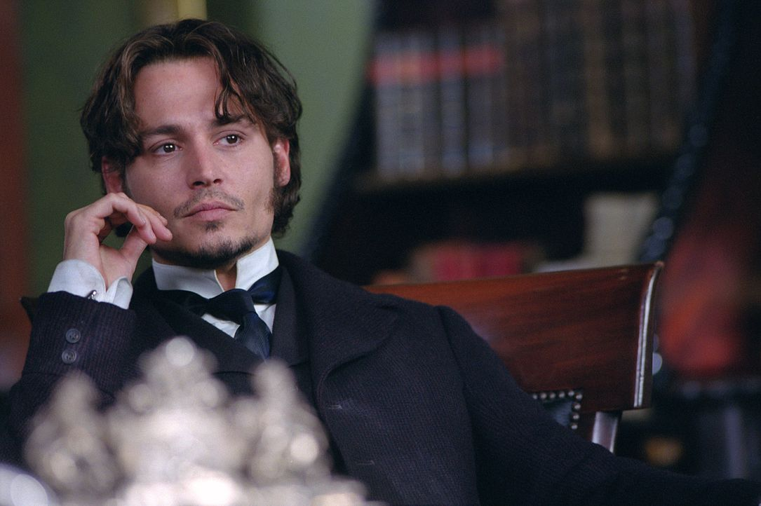 "Inspector Frederick Abberline (Johnny Depp) wird in seinen Ermittlungen gegen ""Jack the Ripper"" von seinem Vorgesetzten, Sir Charles Warren, behinde... - Bildquelle: 2001 Twentieth Century Fox Film Corporation. All rights reserved."