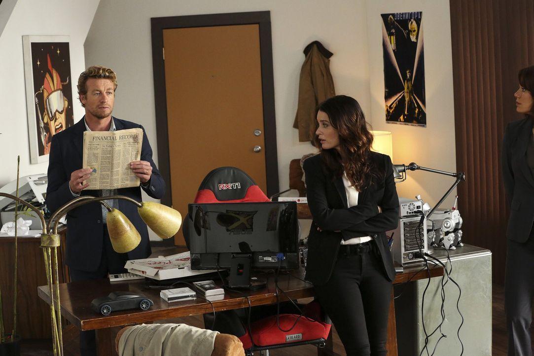 Gemeinsam mit Detective Jane (Simon Baker, l.) untersucht Lisbon (Robin Tunney, r.) den Mord an einem High-Tech-Kartographen, der kurz vor seinem To... - Bildquelle: Warner Bros. Television